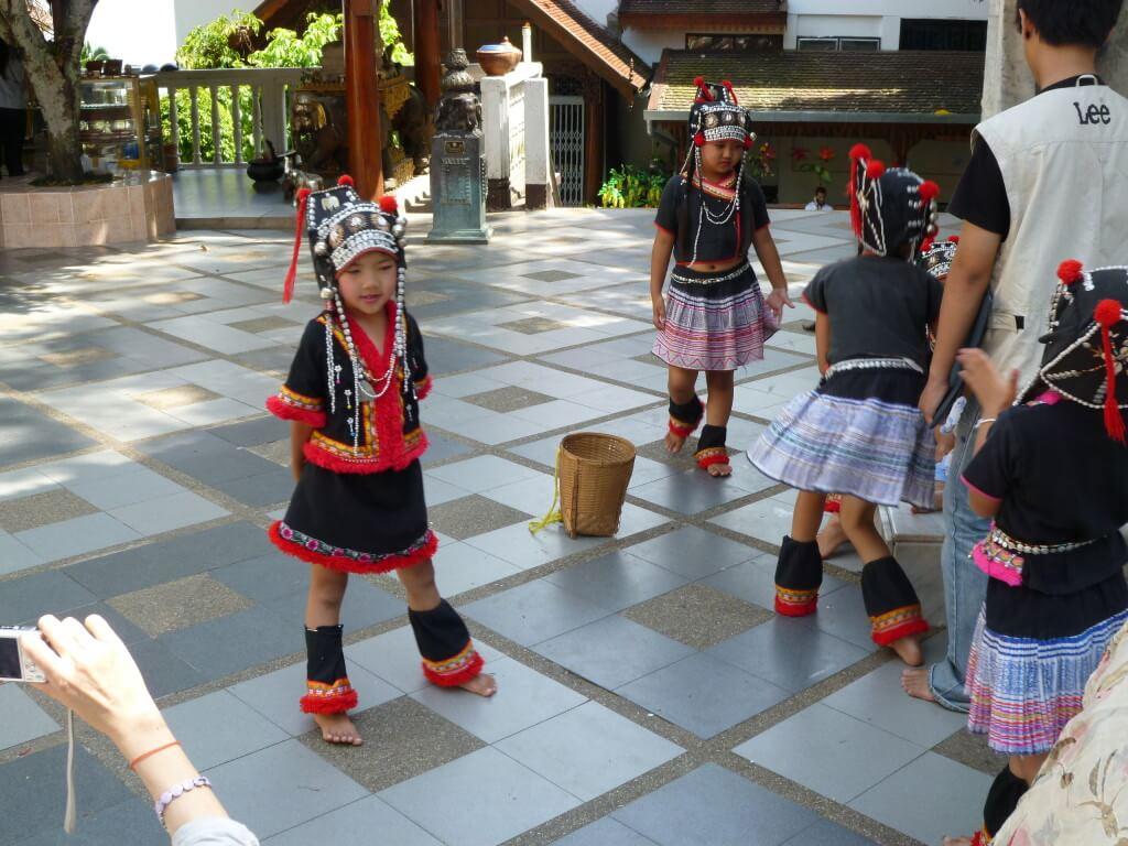 今日の美女 ドイ・ステープで踊る少数民族の子供