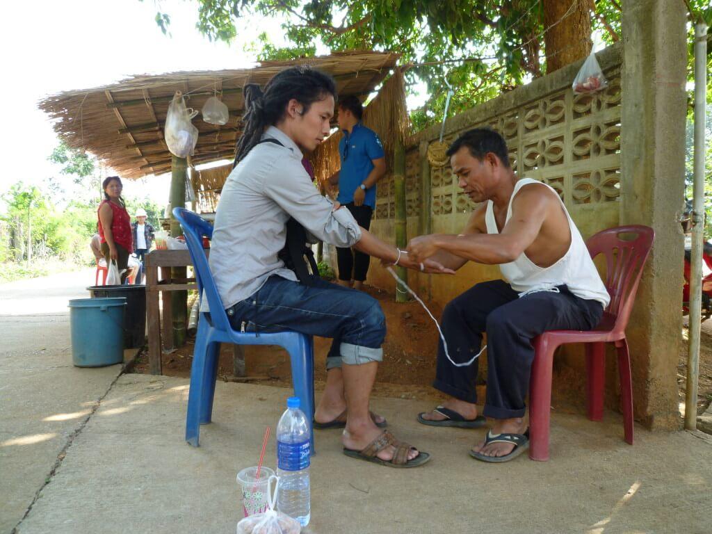 タイ チェンライ 白い紐で旅の無事を祈る