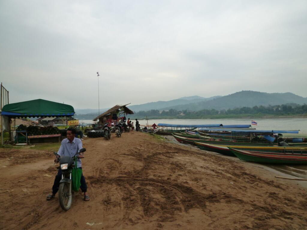 タイからラオスへ国境越え!チェンコーンからファイサーイまではボート!メコン川を渡った後はルアンパバーンまで3つの方法がある!
