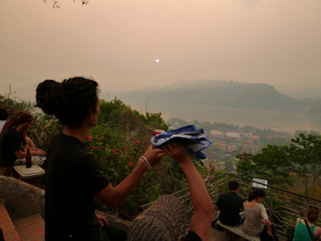 ルアンパバーンは世界遺産の街プーシーの丘できれいなサンセット(夕日)を眺める!