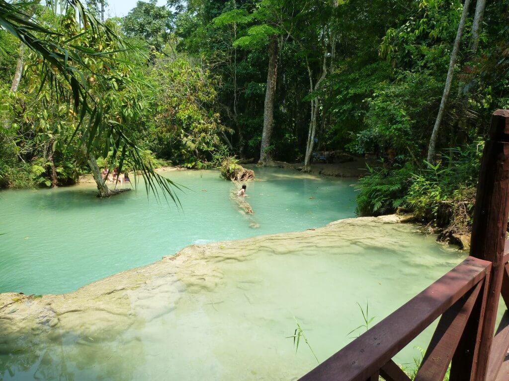 クアンシーの滝は乳白色でキレイな滝で泳ごう