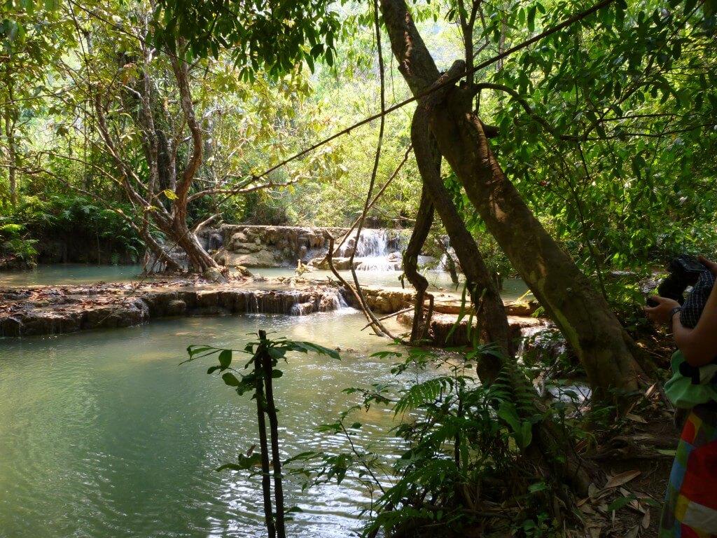 ルアンパバーンの街から行ける滝でクアンシーの滝はキレイなエメラルドグリーン