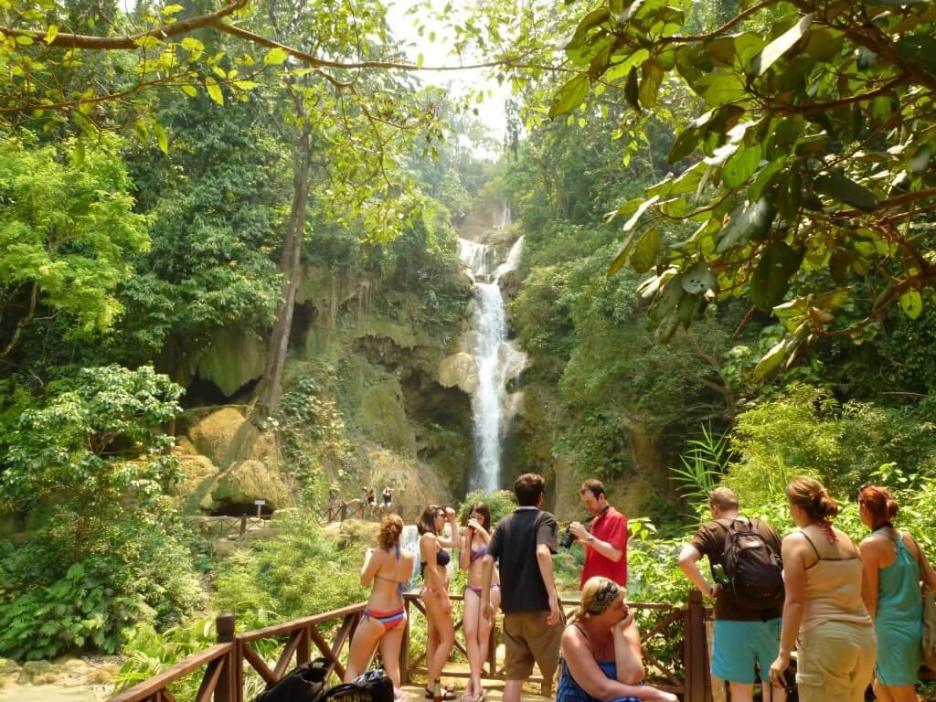 クアンシーの滝のジャングルから生還したボクらを美女の悩殺ポーズがお出迎え