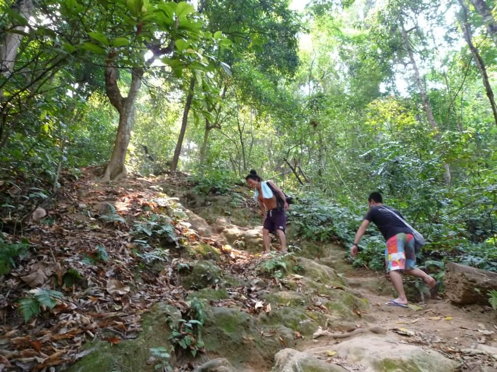 クアンシーの滝で原住民に遭遇!?山に登れど道は険しい