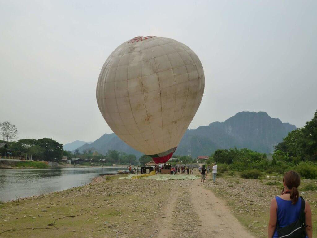 ナムソン川沿いはのどかで気球に橋の上からダイブもできるよ!