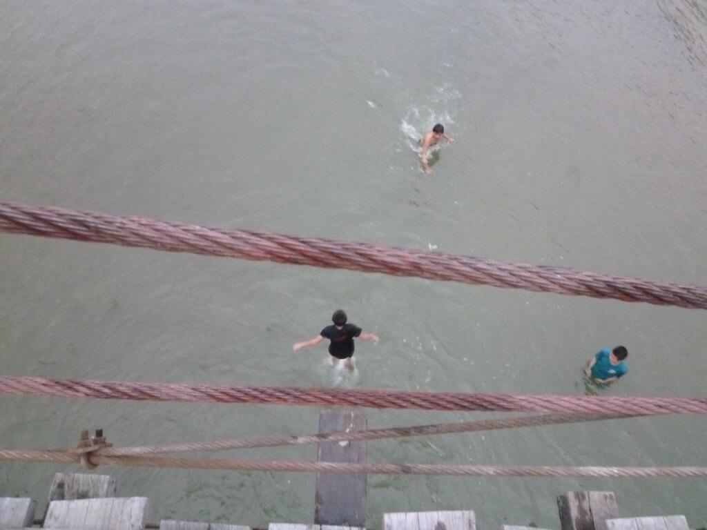 バンビエンのナムソン川沿いはのどかで気球に橋の上からダイブもできる