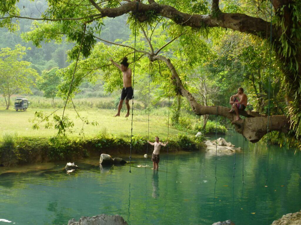 ブルーラグーン(Blue Lagoon)は木から飛び込める!?美女に夢中だったんだけど!?
