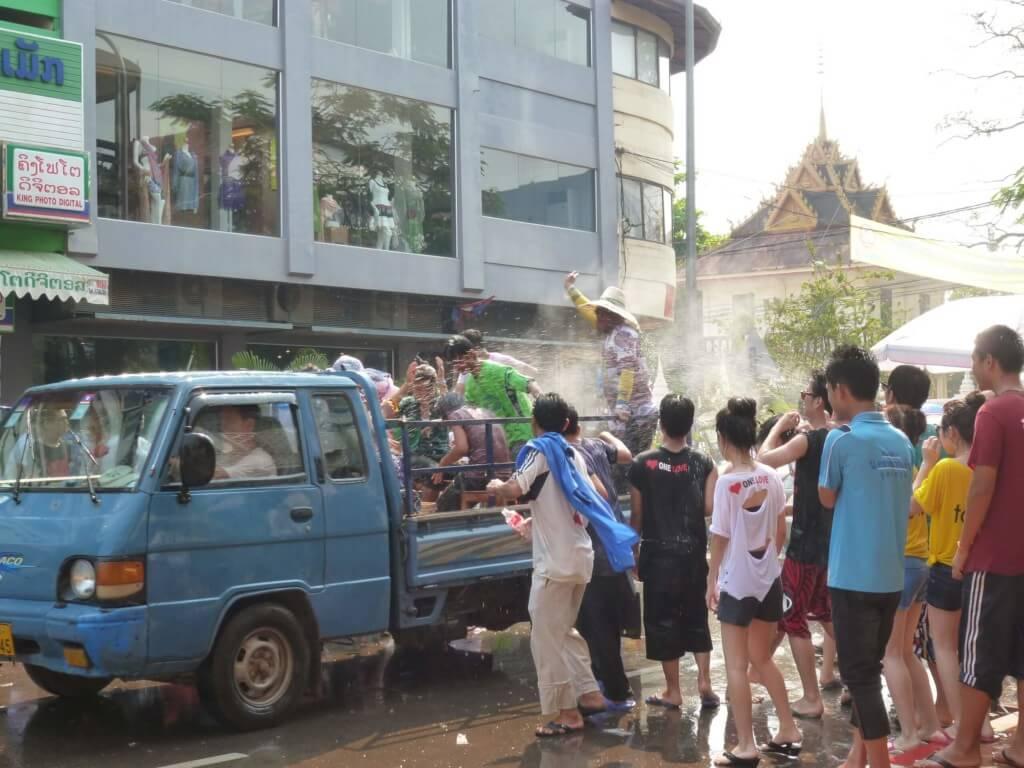 ラオスのビエンチャンのソンクラーン(水掛け祭り)も盛り上がって観光客にも容赦なし!