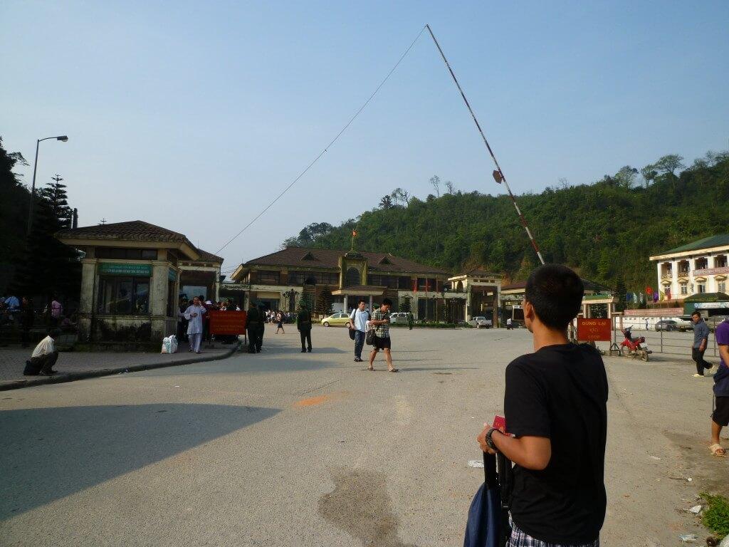 ラオス ベトナム 国境 キップ