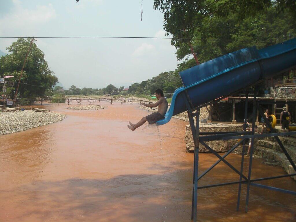 短いウォータースライダーから急落下の茶色の水面へ!