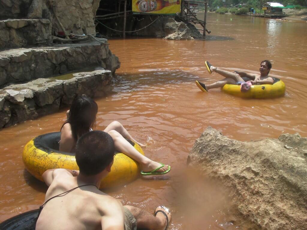 チュービングで川下りの水は茶色で汚いの!?