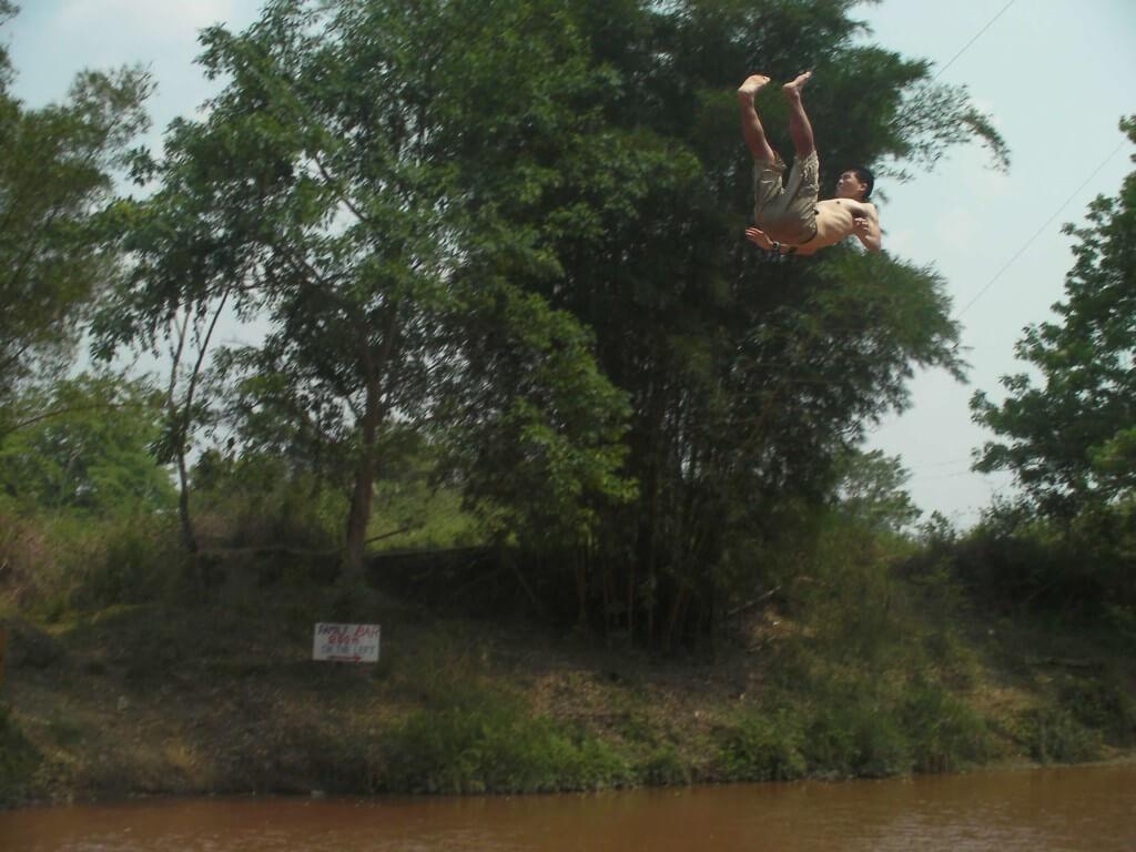 ただし川には安全がない!?ということは、骨折or死ぬ可能性が大!