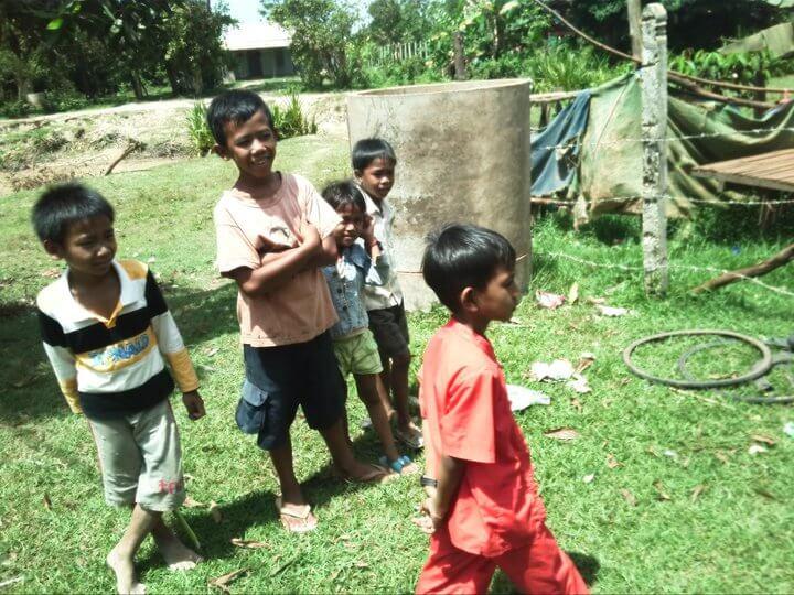カンボジア 村 自転車修理 子供
