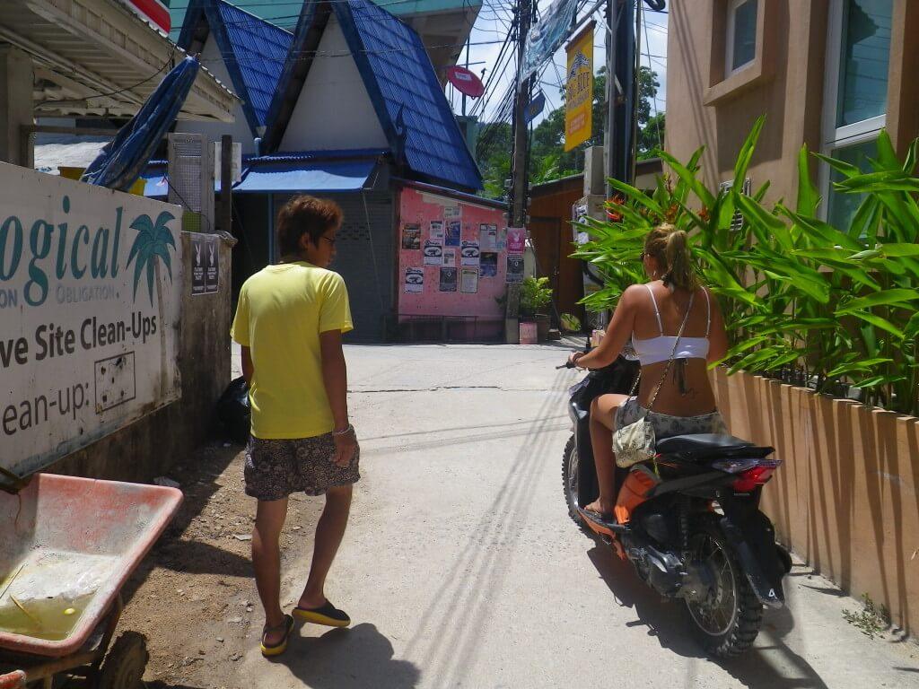 ビッグブルー セクシーねーちゃんとバイク