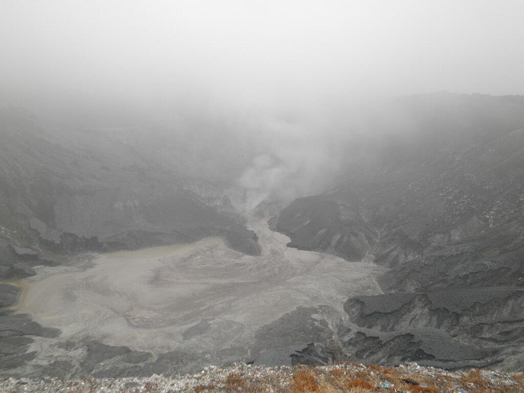 火山 火口 インドネシア