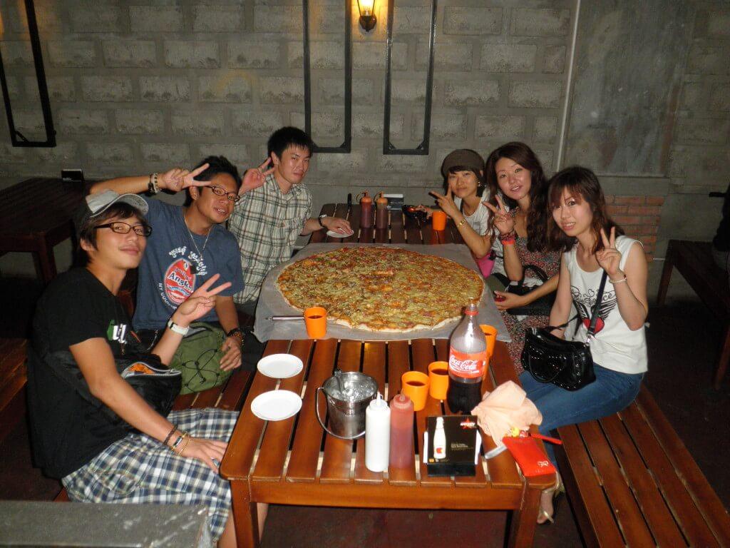 今日のコーラ バコロド Greenoz Pizza houseの巨大ピザ