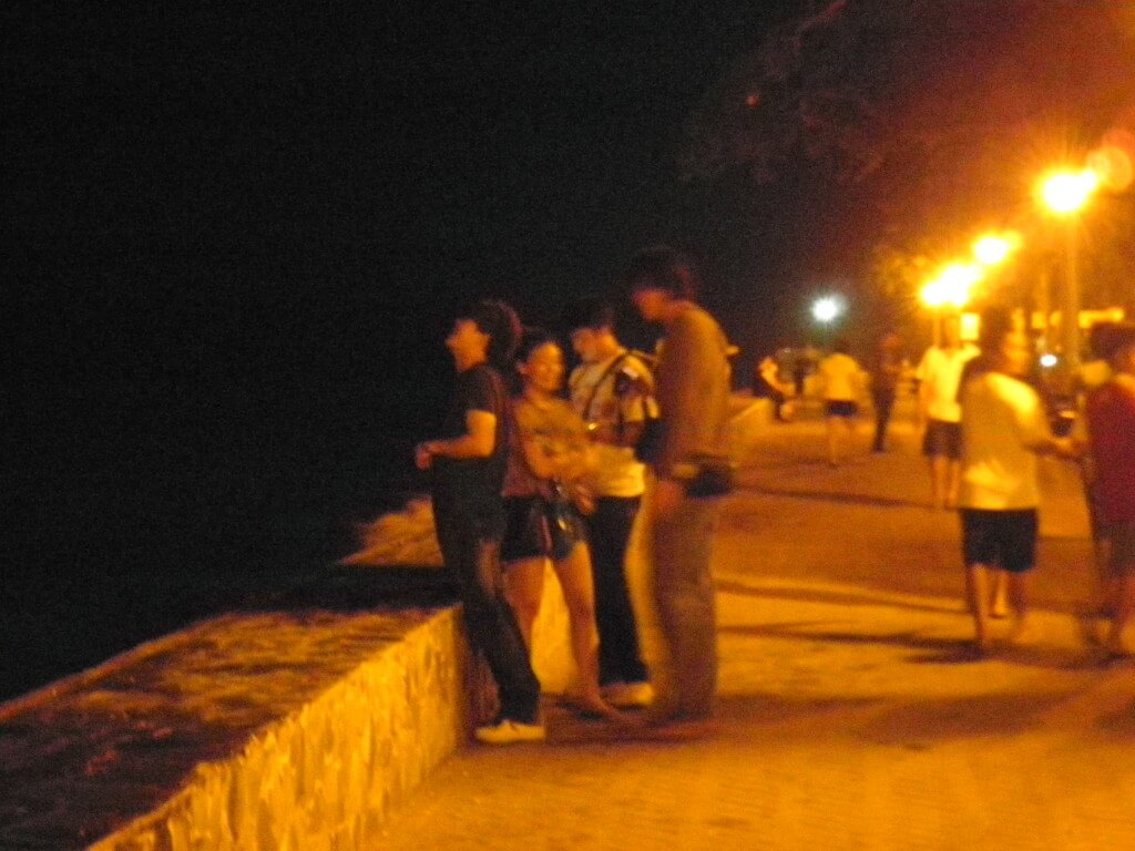 ドゥマゲッティ 海岸沿いの道 公園
