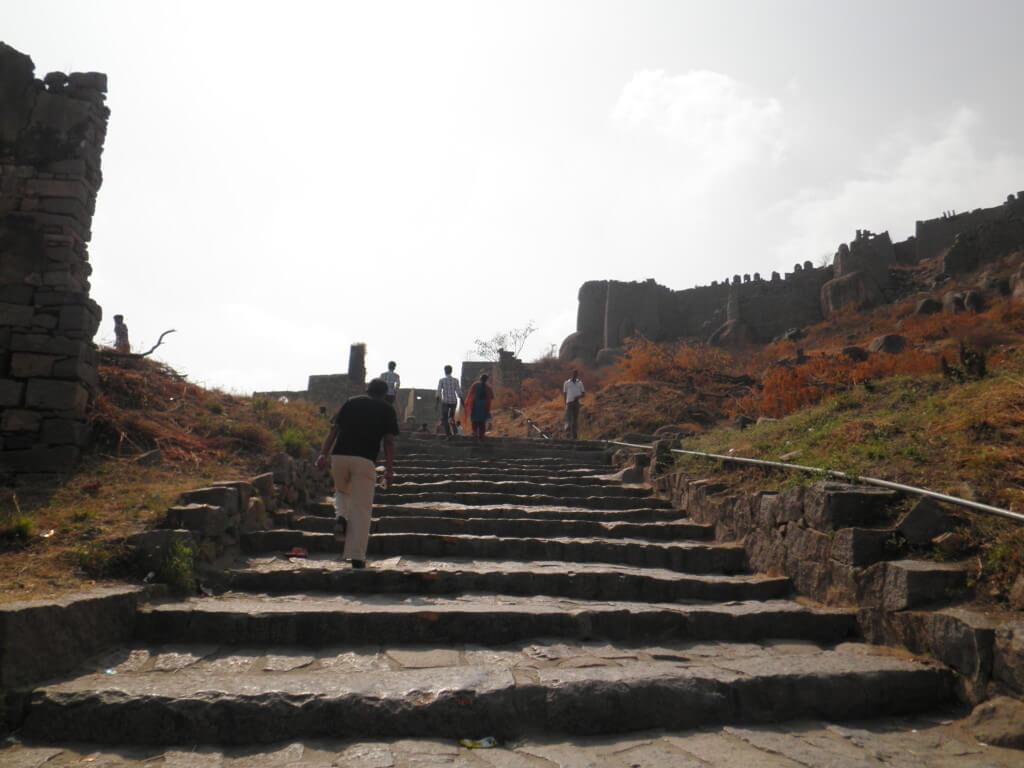 やっとハイダラバードの観光でゴールコンダ・フォード(Golconda Fort)へ。