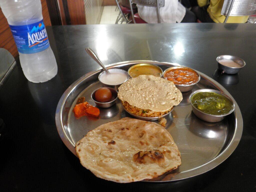 ターリー 複数のカレー インド料理
