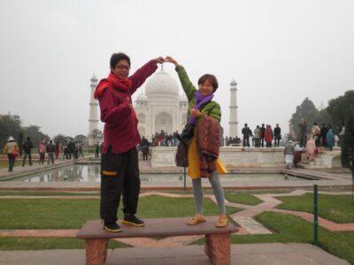 今日の美女 韓国人の女の子とタージマハルでつまむポーズ