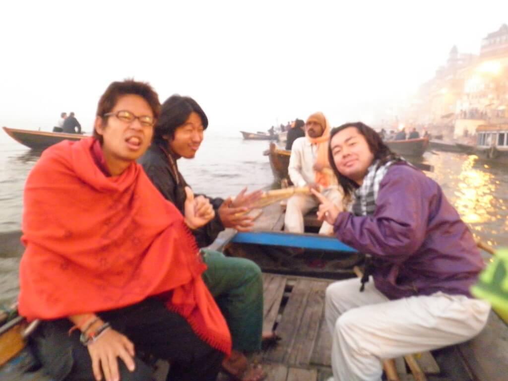 ガンジス川 バラナシ ボート借りる 朝日