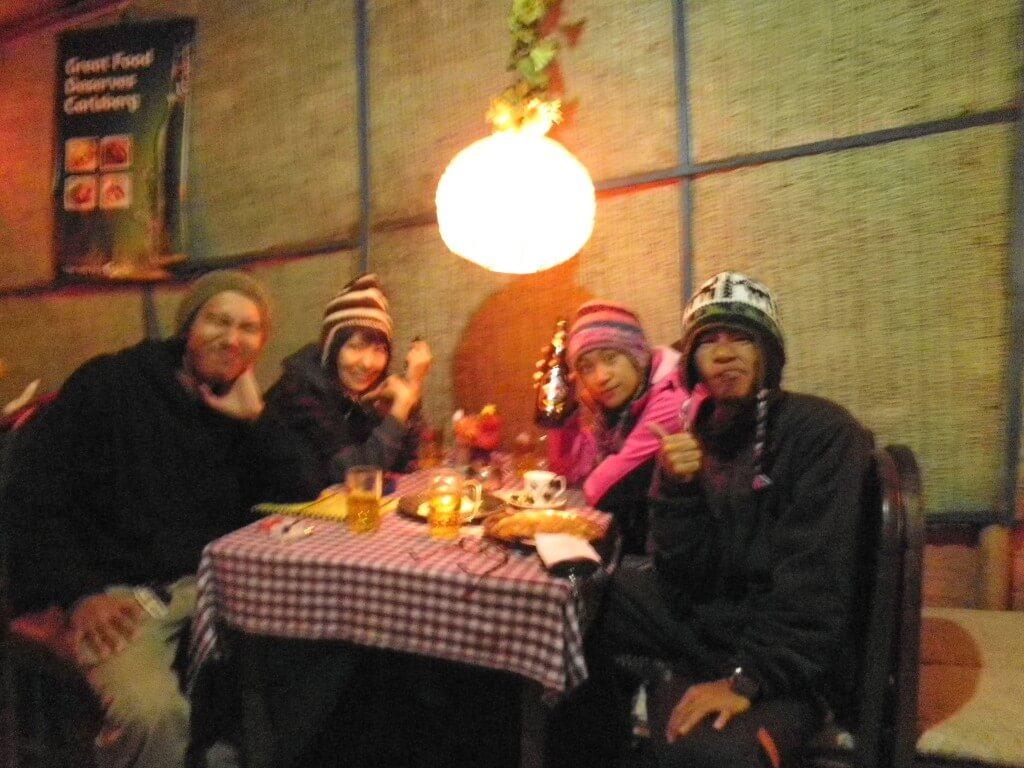 ポカラ トレッキング 湖 日本食