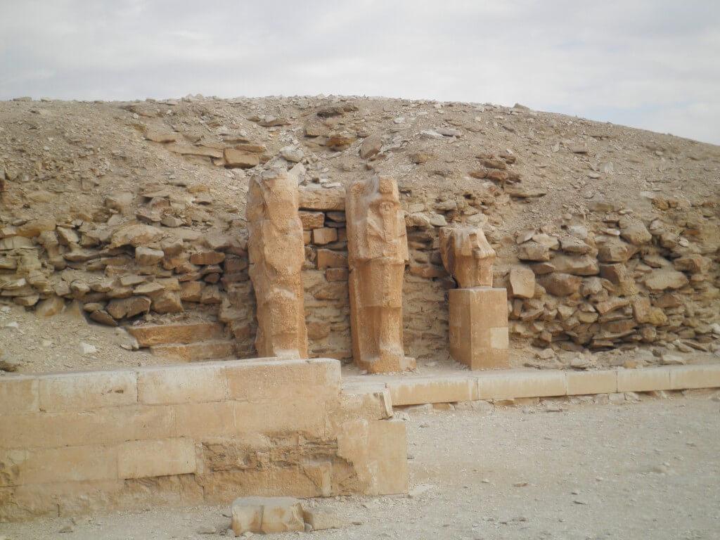 階段ピラミッドの周りの遺跡