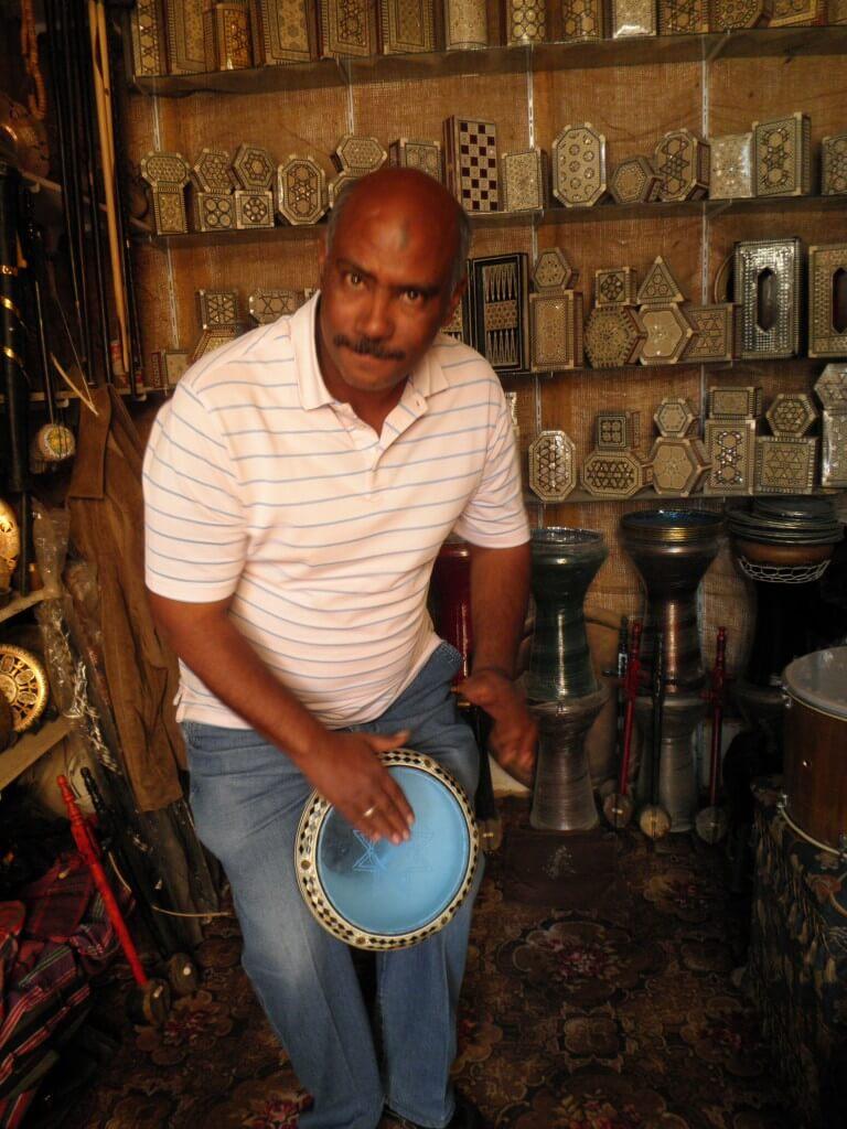 アスワンのスークのジャンベのエジプト人のおっちゃん