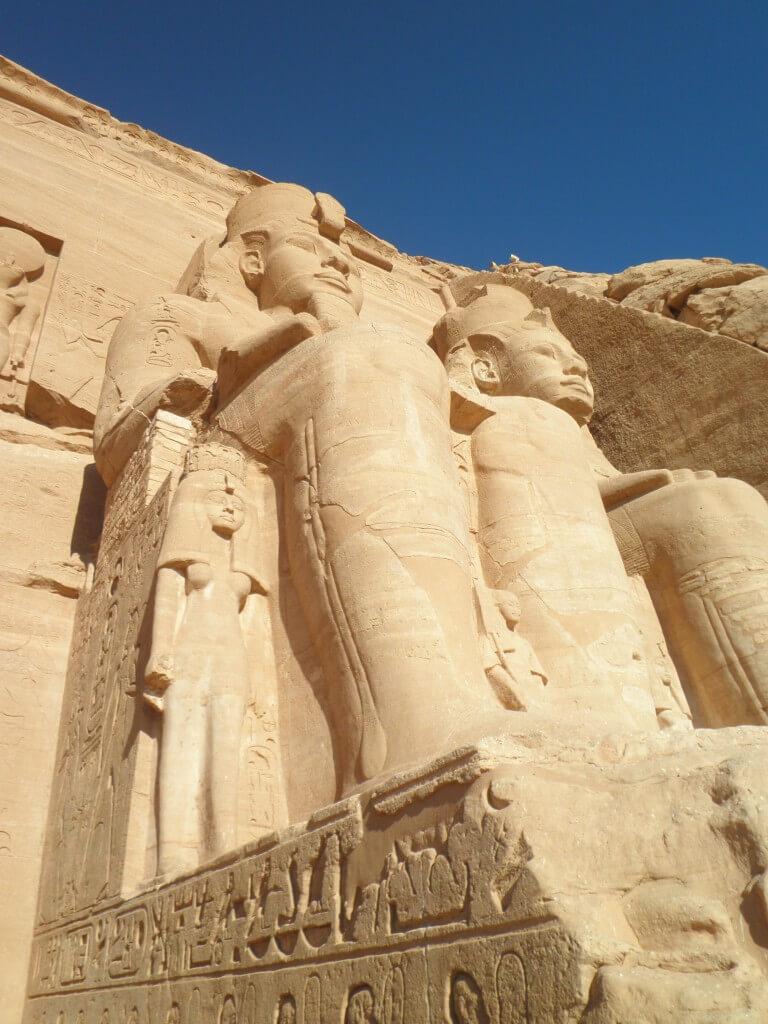 ラムセス2世の像 アブシンベル神殿ツアー