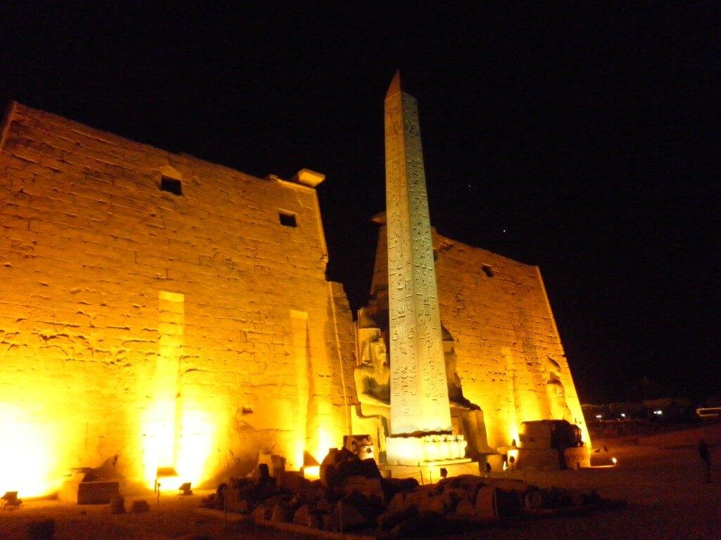 ルクソール神殿 ライトアップ オベリスク