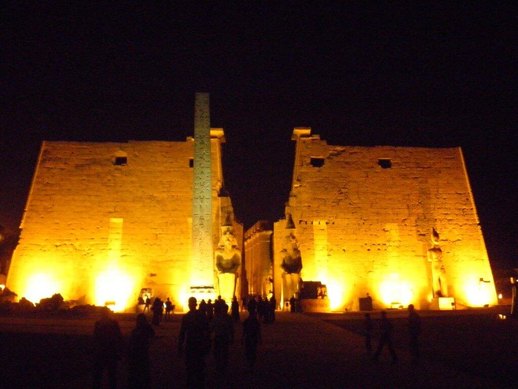 ルクソール神殿は夜の21時まで ライトアップ