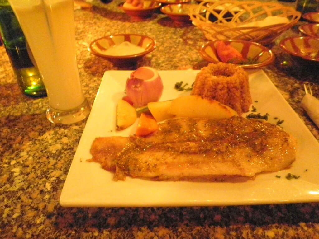 恋するダハブ エジプト 海沿いのレストラン 魚のムニエル