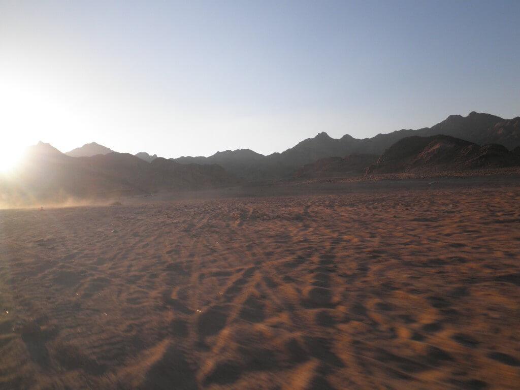 「ダハブの砂漠でバギーでランデブー効果」