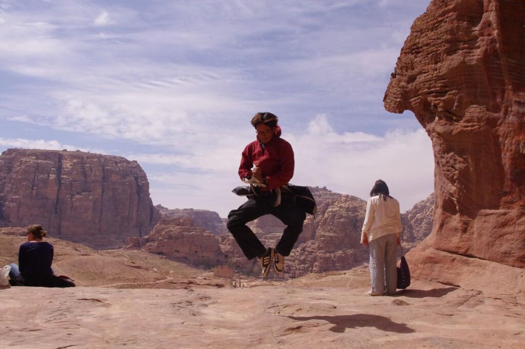 旅人 ジャンプ写真 ペトラ遺跡 ヨルダン 空中浮遊 忍者ポーズ