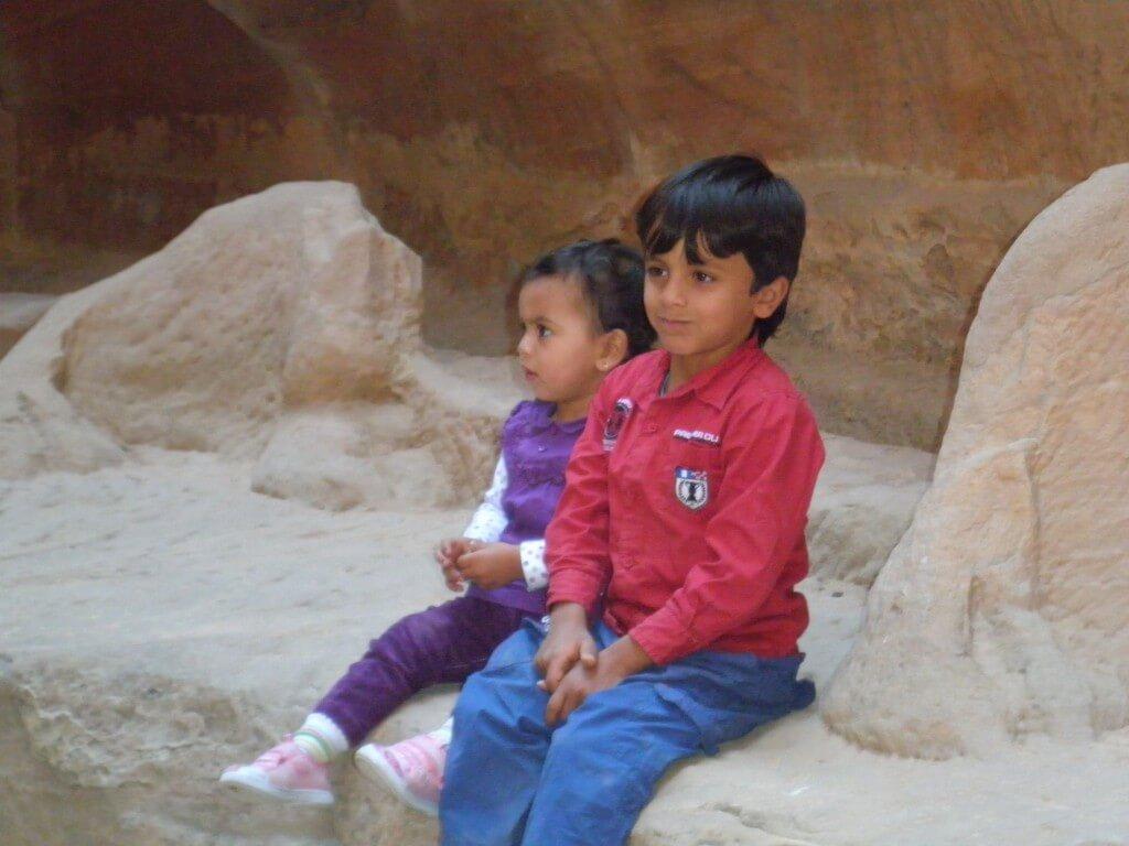 ペトラ遺跡 観光客 子供