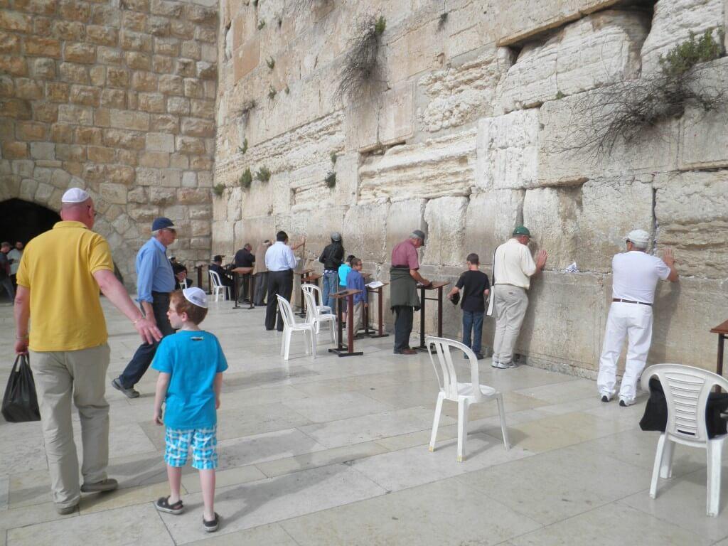 ユダヤ教 嘆きの壁 祈り 踊る 歌う