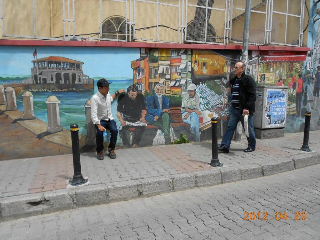イスタンブール アジア街 壁の絵と同一化する日本人