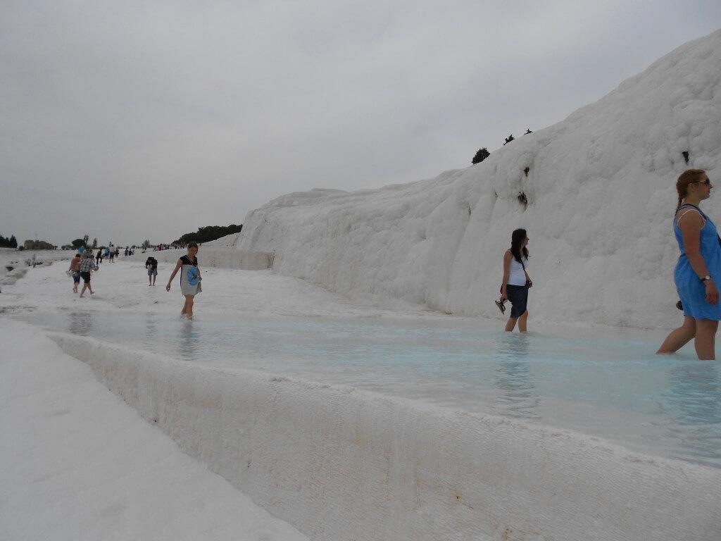 パムッカレといったら石灰棚。世界遺産なんです!白いんです!温泉なんです!水着ですよ!!混浴ですよ!!