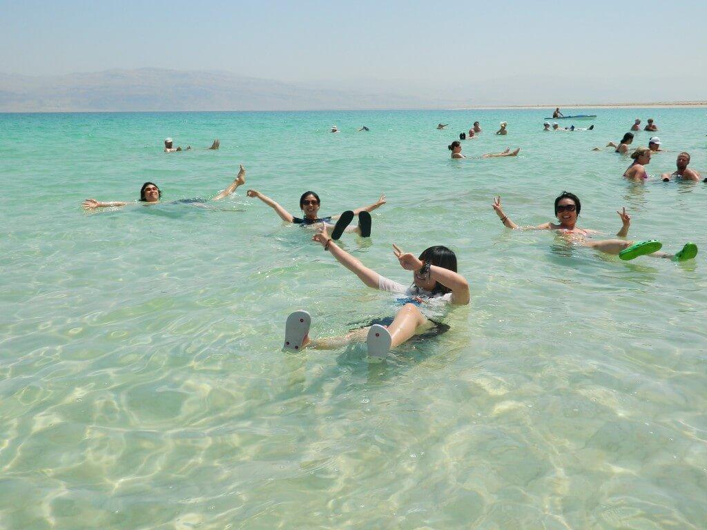 死海 イスラエル側 人間が浮く
