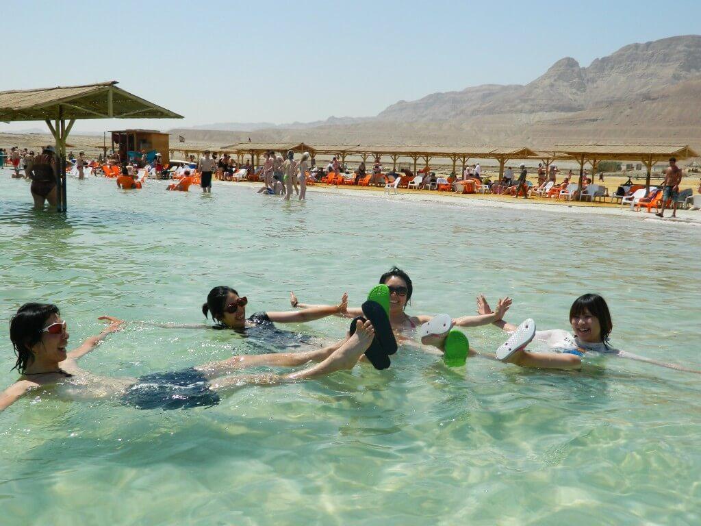 死海 イスラエル側 人間が浮く シンクロナイズドスイミング