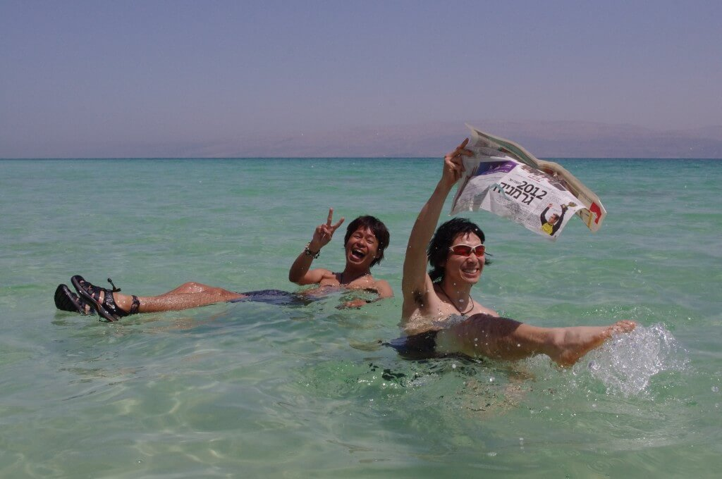 死海で本当に新聞が読めるのか?の巻