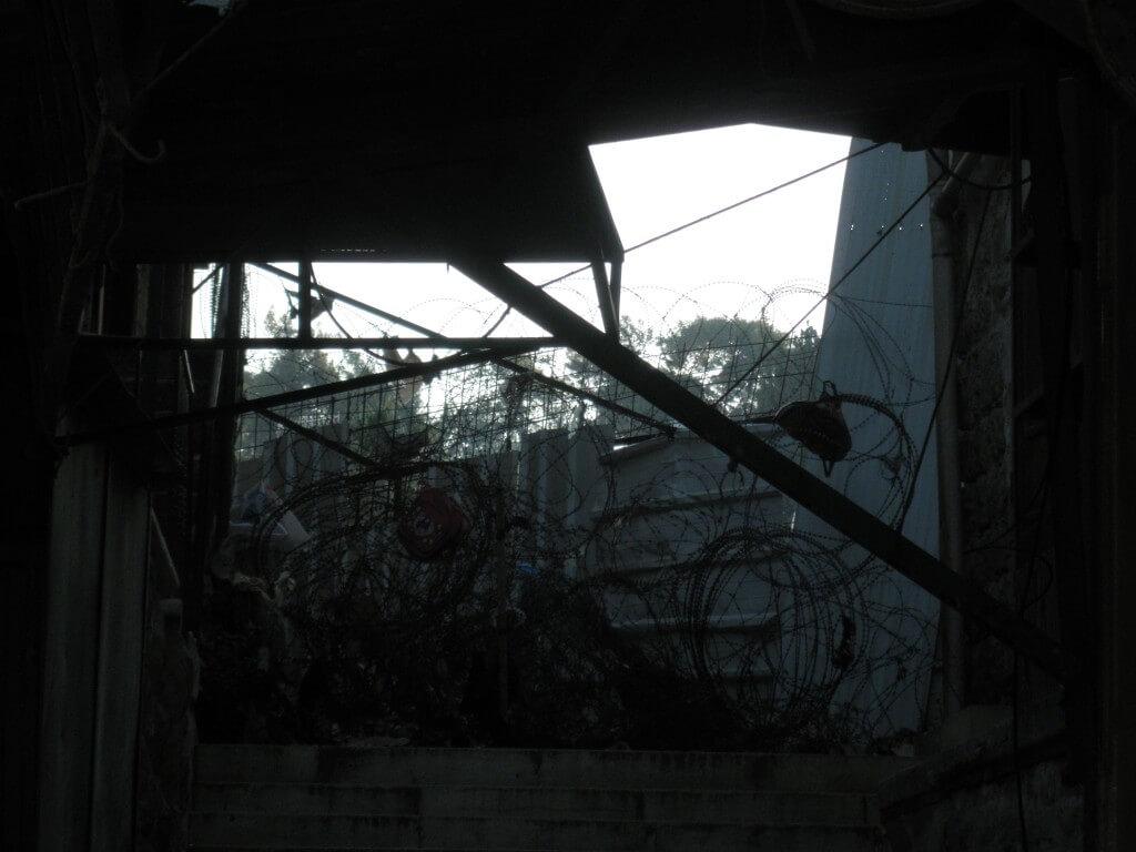 鉄条網 ゴミ イブラーヒーミー・モスク 検問所 パレスチナ ヘブロン