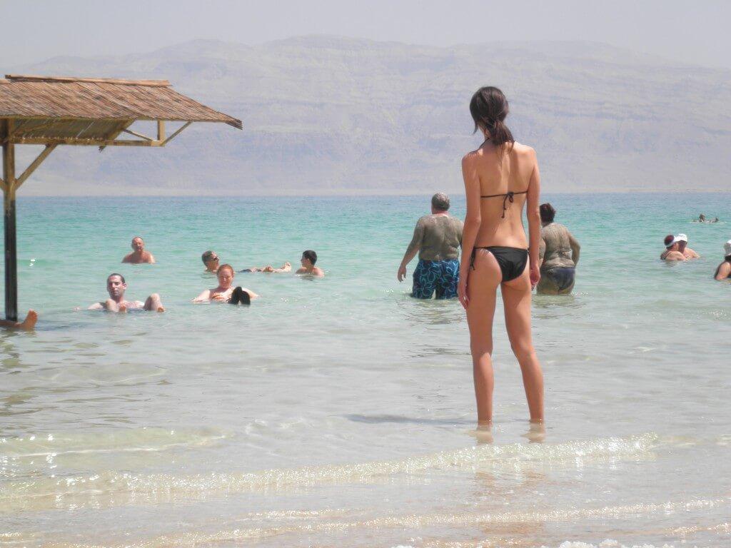 今日の美女 死海のビキニフィッシュ