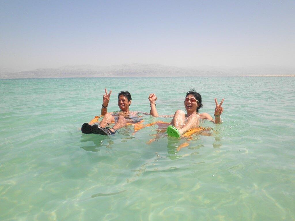 イスラエル側 死海 椅子 浮く