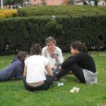 今日の美女 ブルーモスクの前の芝生でトランプしてるかわいい女の子