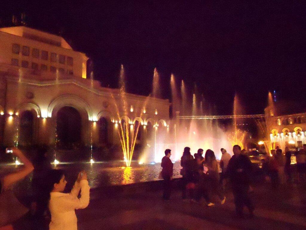 アルメニアの夜遊びといったら美人が裸でストリップ?