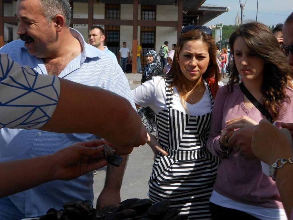 今日の美女 イスタンブール名物ムール貝を怪しそうにびる女の子