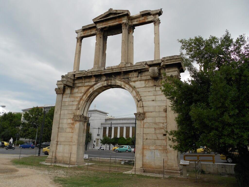 ギリシャ 街に遺跡がある