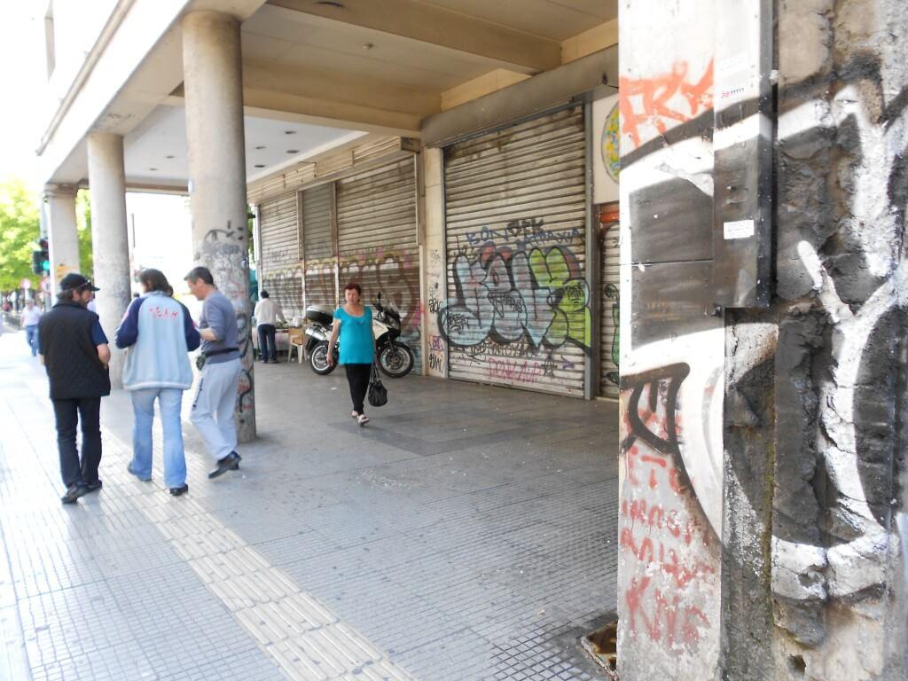 トルコからギリシャ 経済破綻 治安 悪い 落書きだらけ