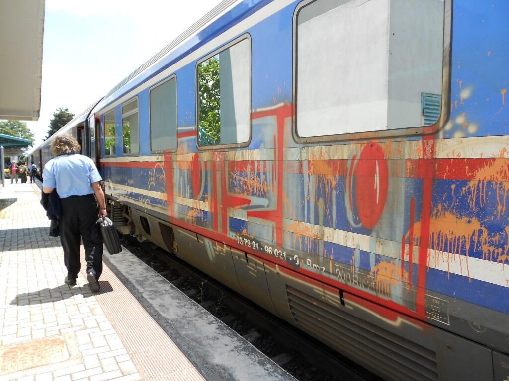 落書きだらけの電車!?ギリシャは経済破綻している!